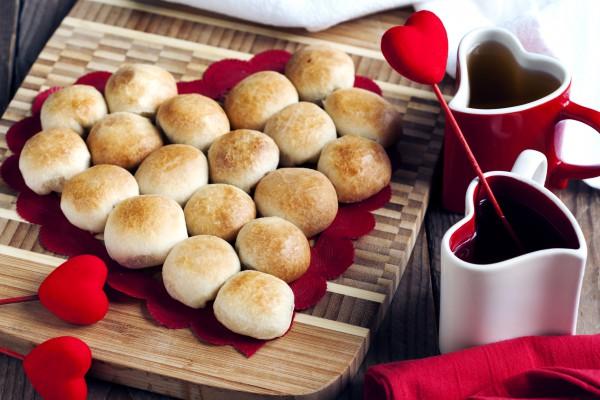 Завтрак в постель на День святого Валентина: сырные булочки