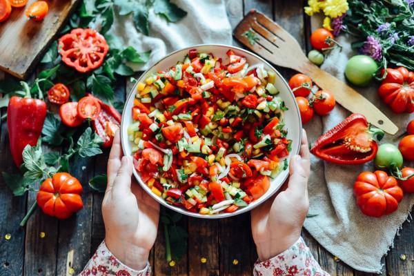 Разноцветный овощной салат фото