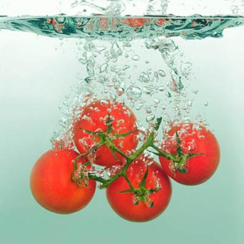 Помидоры. Содержание воды: 94,5%. Помимо того, что помидоры содержат большое количество жидкости, они также богаты антиоксидантом ликопином, который защищает от инсульта. Кроме этого помидоры помогают поддерживать правильный водный баланс и даже защищать кожу от обгорания под лучами солнца и от обезвоживания под воздействием офисного кондиционера.