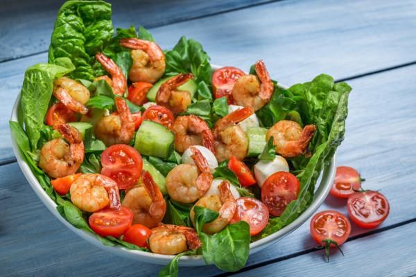 Салат из шпината с креветками