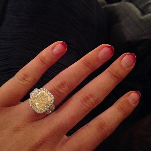 Помолвочное кольцо Игги Азалии