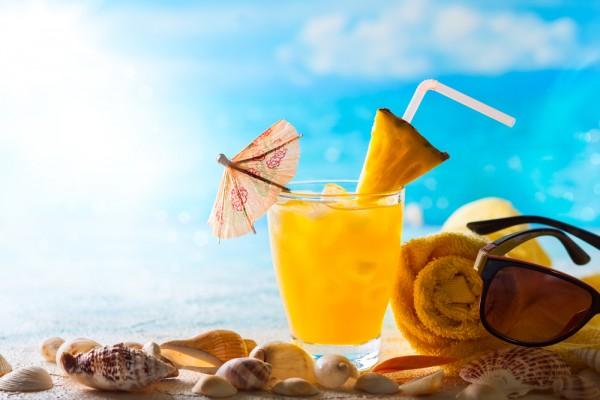 Летом лучше пить легкие коктейли с большим количеством льда