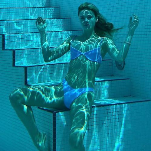 Никола Пельтц позировала в бикини под водой