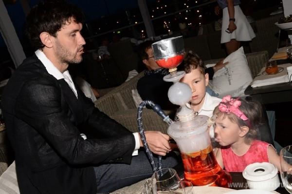 В семье Жирковых маленьких детей учат курить кальян