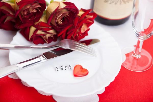 Свечи и розы - главный символ Дня святого Валентина