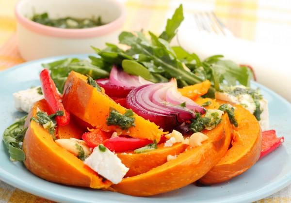 Тыквенный салат с красным луком и фетой
