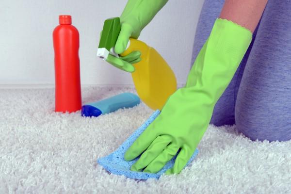 Пятна на ковре лучше удалять сразу же, не давая им засохнуть