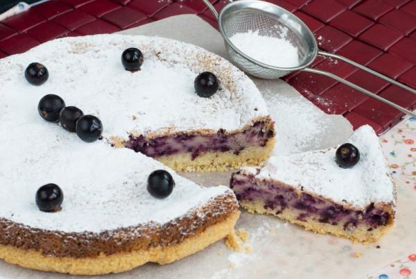Выпечка с замороженными ягодами: пирог с творогом и смородиной