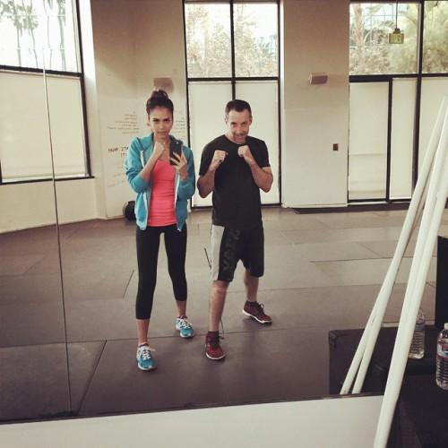 Актриса Джессика Альба регулярно посещает спортзал и мотивирует своих поклонников делать то же самое, выкладывая фитнес-фото в Instagram