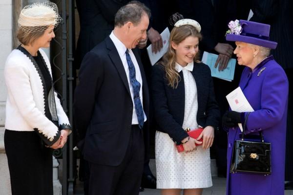 Дэвид Армстронг-Джонс с женой и дочерью общаются с Елизаветой II