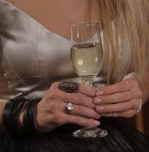 Избранник Веры Брежневой может позволить себе подарить певице кольцо с огромным бриллиантом