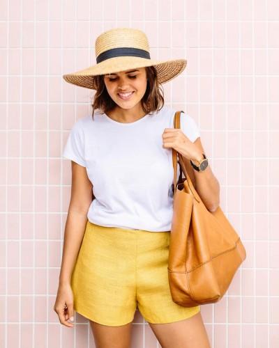 Белая футболка и яркие шорты с высокой посадкой