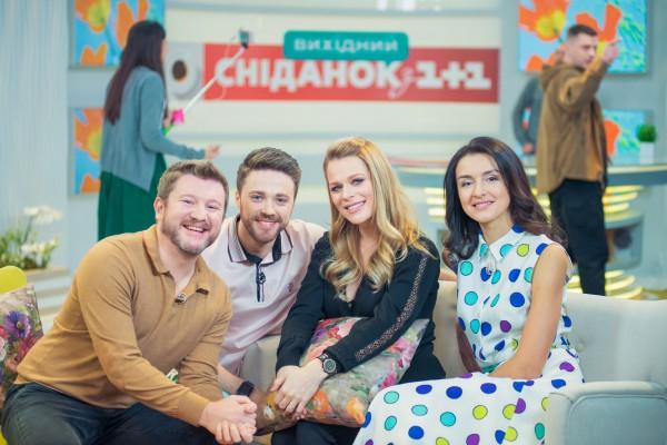 Ольга Фреймут (вторая справа), Дима Борисов (крайней слева) и ведущие Сніданок. Вихідний