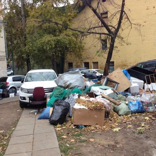 Алена Свиридова показала горы мусора возле ее дома
