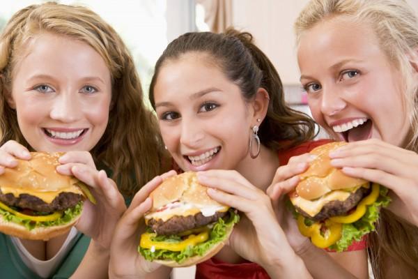 Отучить подростка от вредной пищи можно, приучив его ложиться вовремя