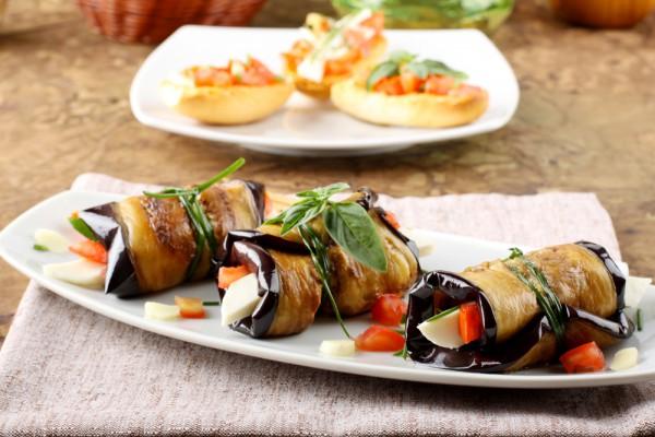 Рулетики из баклажанов можно готовить с совершенно разными начинками