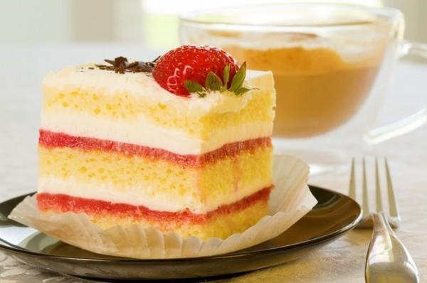 Из бисквитного теста готовят торты, пирожные и рулеты
