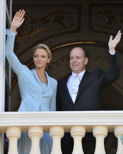 Князь Альберт II  и его супруга Шарлин приветствуют поданных