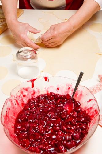 Подготовленные вишни засыпать сахаром.
