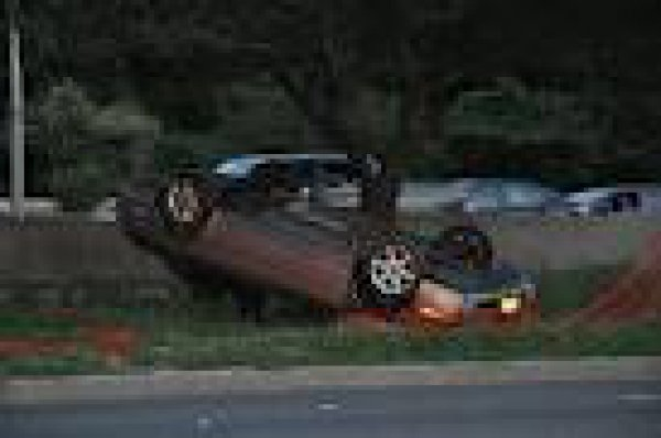 На одном из западных сайтов утверждается, что это – машина Джастина Бибера, попавшего в ДТП