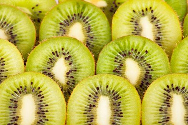 Киви лидирует в связи с высоким содержанием антиокислителей, витамина Е, лютеина. Он защищает от проблем со зрением и предотвращает образование кровяных сгустков.