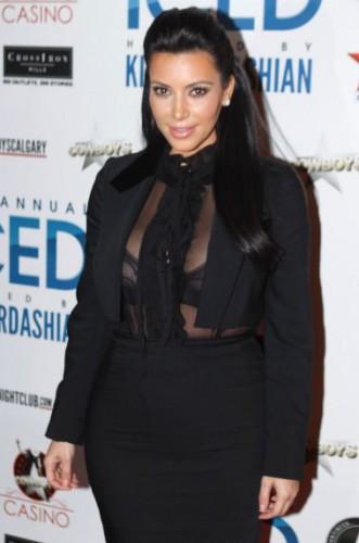 Ким Кардашян даже в процессе беременности отдает свое предпочтение открытым костюмам