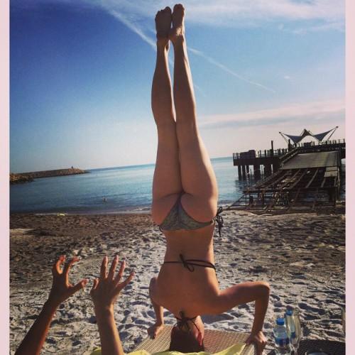 Даша Астафьева показала, как умеет стоять на голове