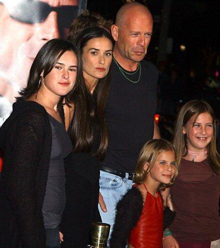 Брюс и его девочки: бывшая жена Деми Мур, старшая дочь Рамур, средняя Скаут и младшая Таллула (2001 год)