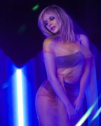 Кайли Миноуг засветила соблазнительную фигуру прозрачном наряде