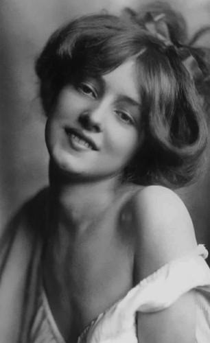 Эвелин Несбит (1884 – 1967), популярная американская хористка, модель и натурщица. В начале XX века ее лицо часто появлялось в журналах и газетах, она была одной из самых узнаваемых женщин того времени.