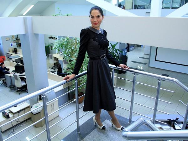 Влада Литовченко в платье от дизайнера Айны Гассе, туфлях Chanel и жемчужных украшениях