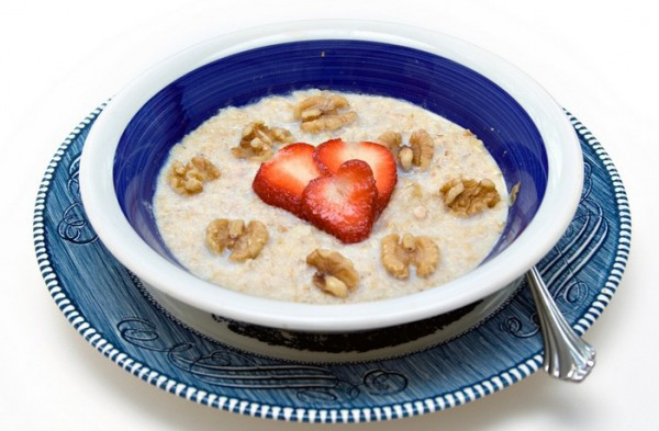 В молочную кашу можно добавить орехи и фрукты