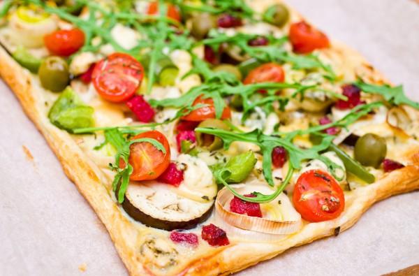 Пирог из слоенного теста с овощами