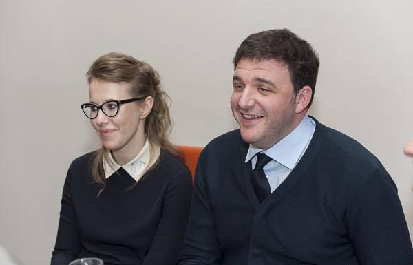 Ксения Собчак и Максим Виторган обнимаются на глазах у папарацци
