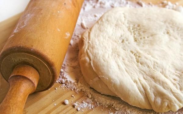 Дрожжевое тесто месят, пока оно не начинает отставать от рук и стенок посуды