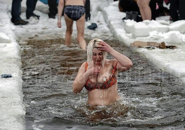 Анна Герман оголила грудь во время купания на Крещение