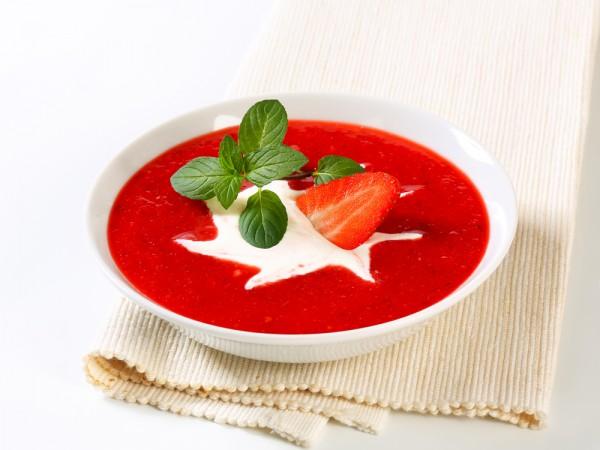 Клубничный суп можно подавать на завтрак или на десерт