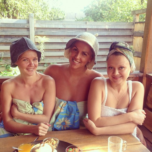 Яна Клочкова сходила с подружками в баню
