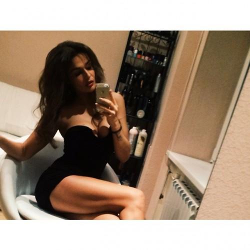 Алена Водонаева показала фото в мини-платье