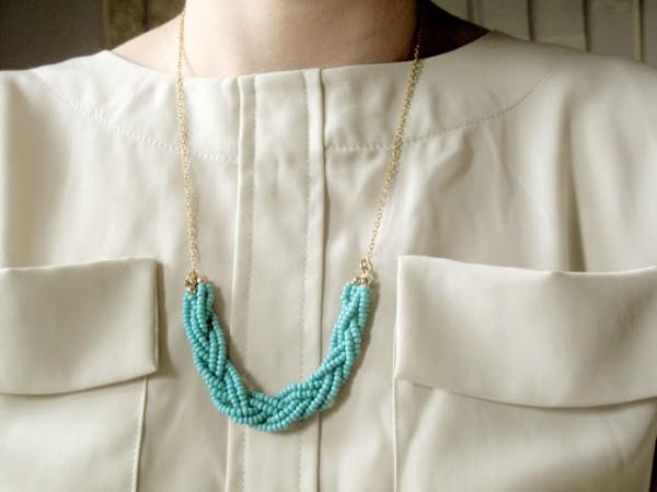 Яркая плетенка из бисера станет отличным украшением для весны