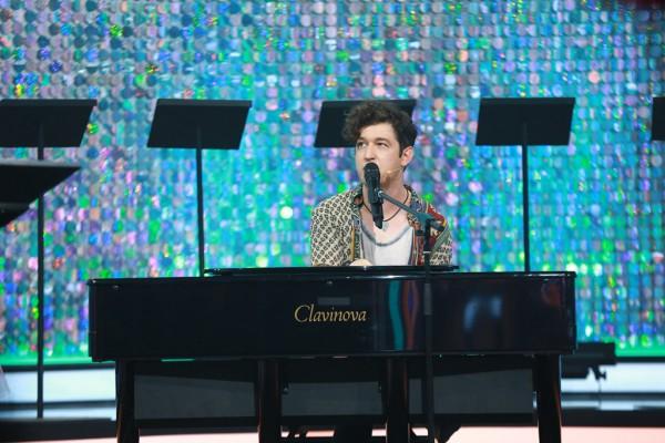 Украинскиц певец Pianoбой показал себя в рукоборстве.