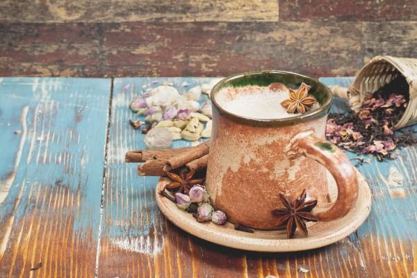 Индийский чай с молоком и специями
