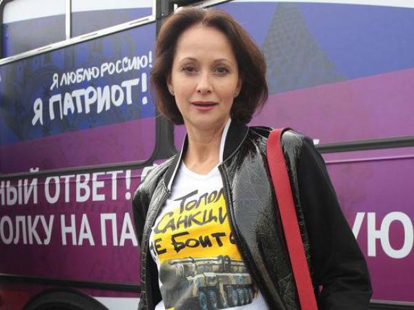 Ольга Кабо в футболке с надписью