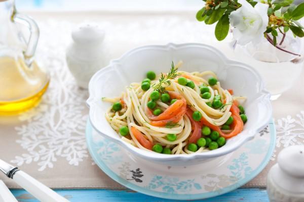 Макароны с лососем: рецепт с зеленым горошком