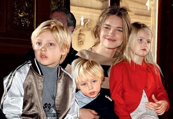 Наталья Водянова с детьми от бывшего мужа Джастина Портмана: Лукас (слева), Виктор и дочь Нева