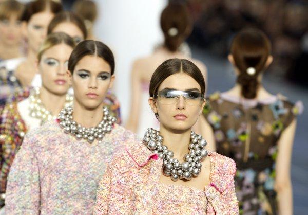 Взгляд в будущее  Показ Chanel на Неделе моды в Париже - Тренды моды ... 531f9857b71