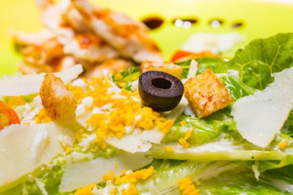 Салат из курицы с маслинами и гренками