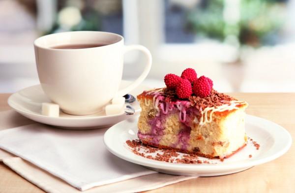 Миндальный пирог можно подать к кофе или чаю