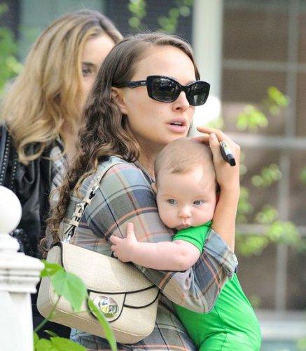 Натали Портман с сынулей