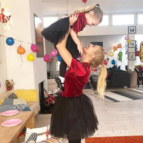 Мерьем Узерли с дочерью фото